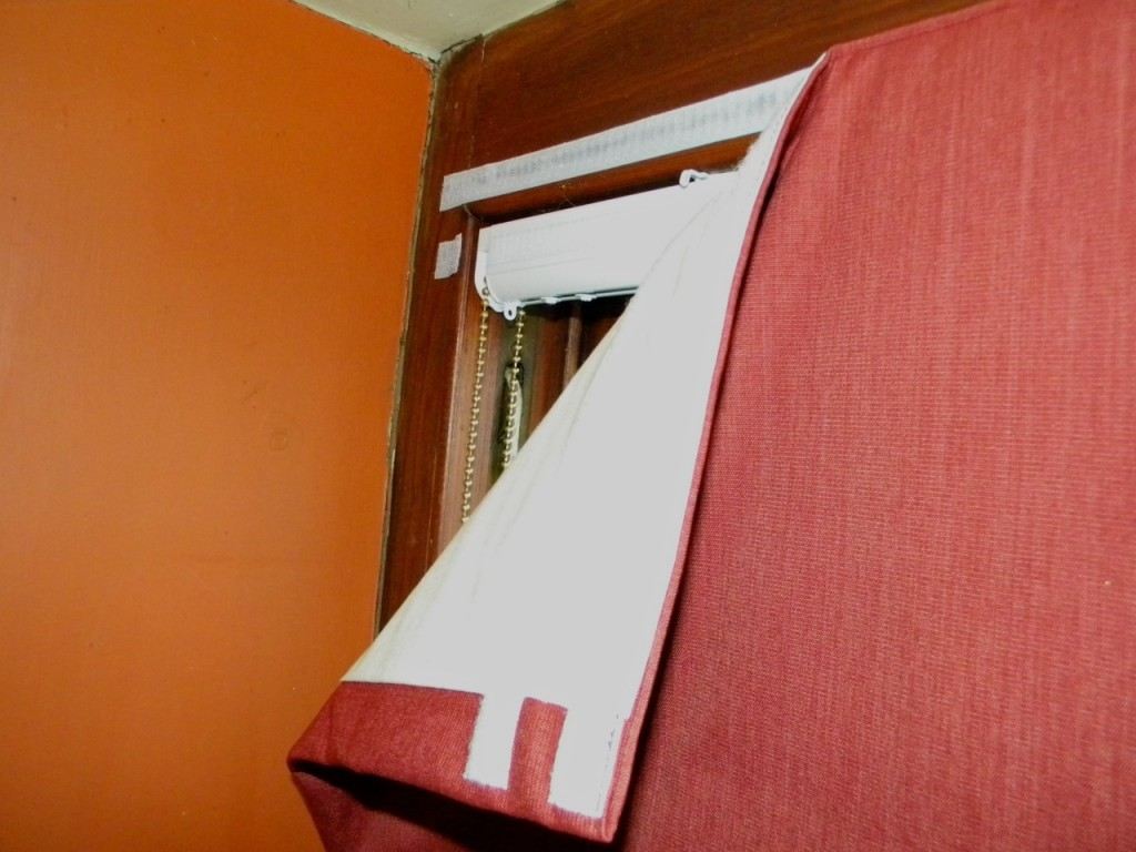 Top corner on a sash window, showing headrail & overlaps